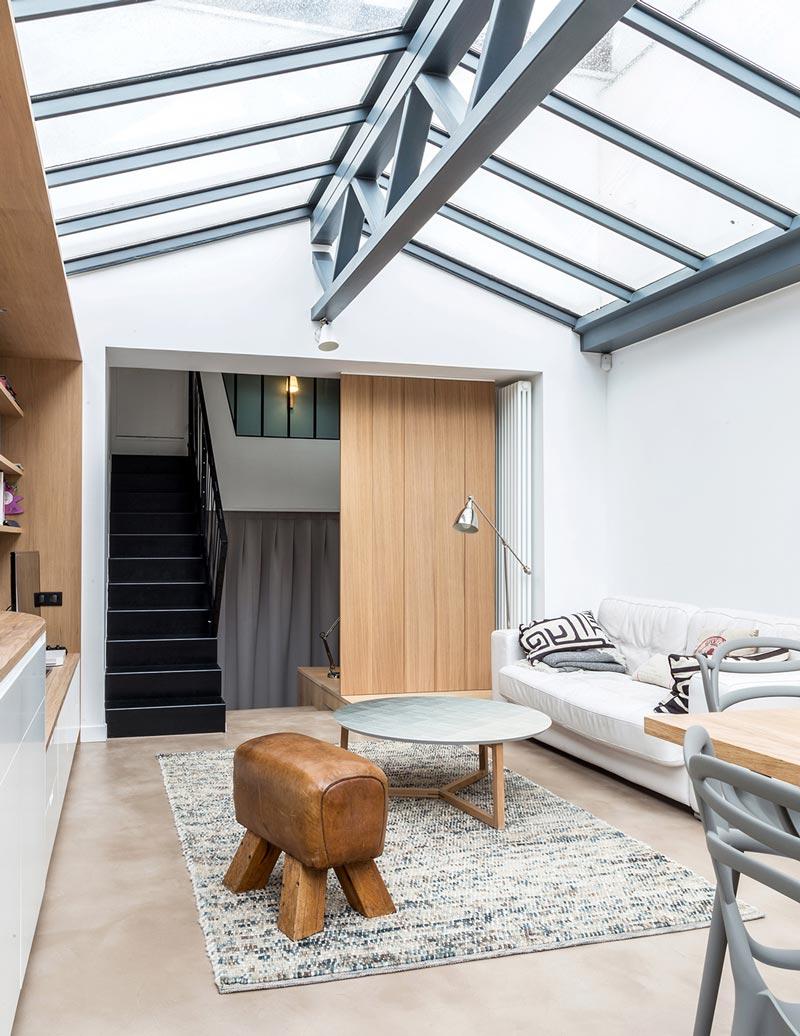 Coin salon aménagé par un architecte dans un loft industriel