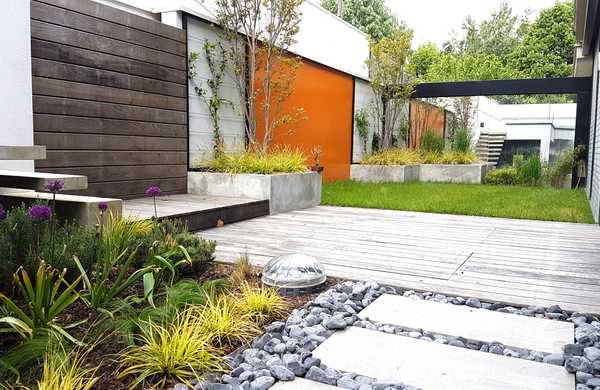 Garden on land with an unusual typology